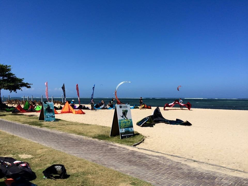 Kite surf beach 5 min walk with nice walk way for riding a bike up the beach 4km long
