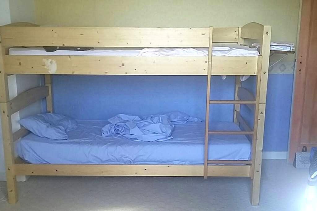 Chambre avec lits superposés - Luynes - Huis