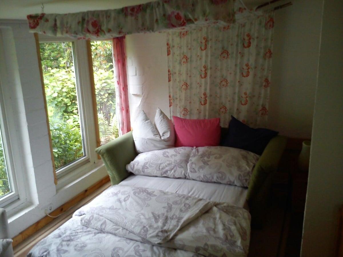 Zimmer im Gartenhaus mit See