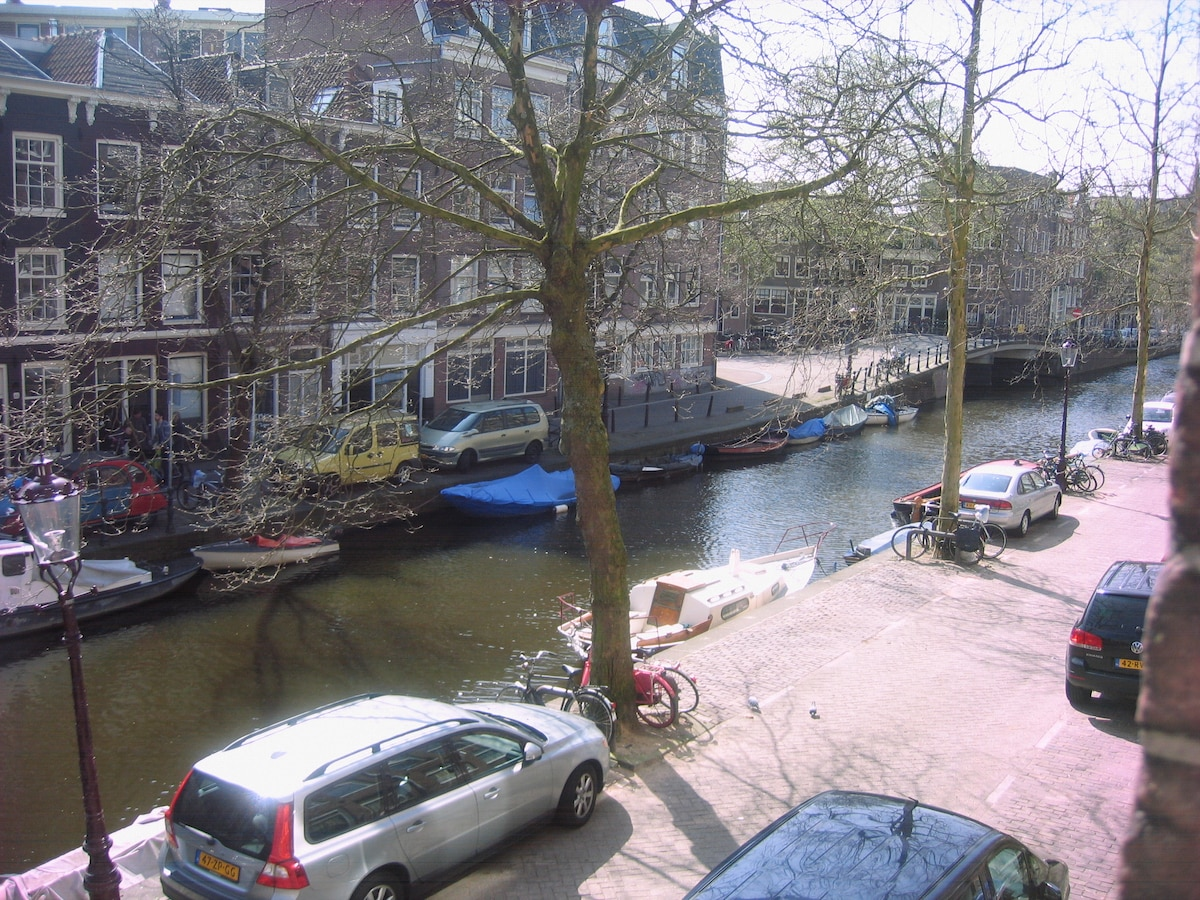 Beautifully situated on the Lijnbaansgracht