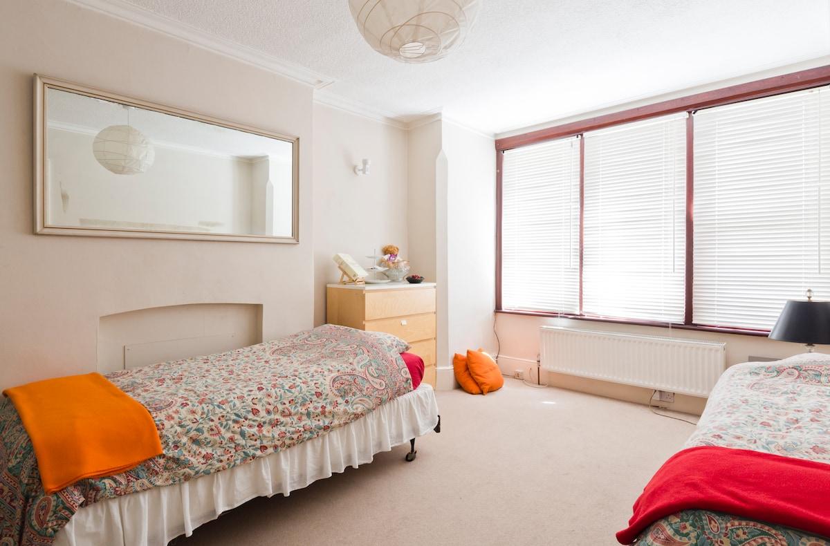 Comfortable Twin Room in W London