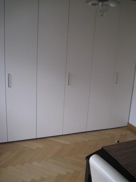 Küchengeräte hinter einer Wand versteckt