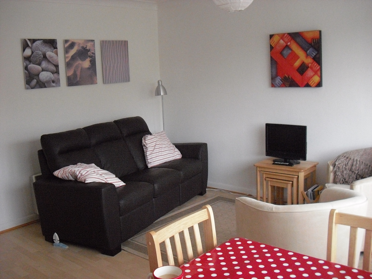 Living (website hidden)/DVD/radio, 2 armchairs and sofa with reclining seats.