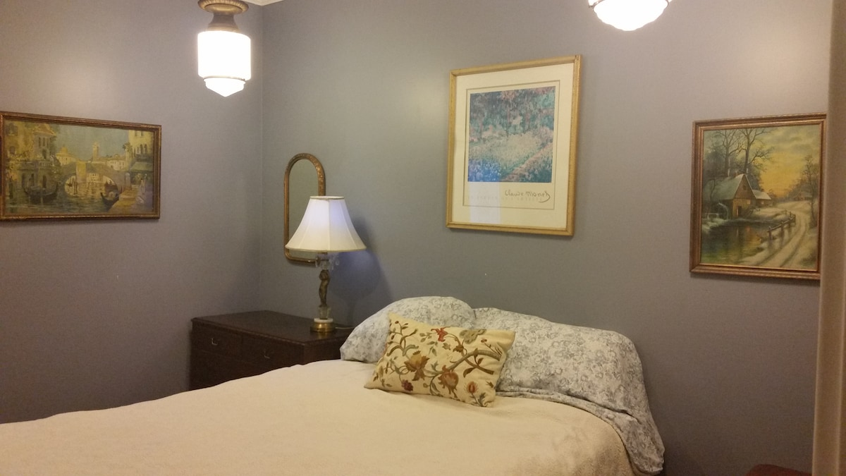 Charming Room - Walk to Downtown