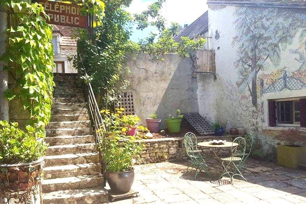 petite maison indépendante  44 EUROS LA NUIT - Bruère-Allichamps