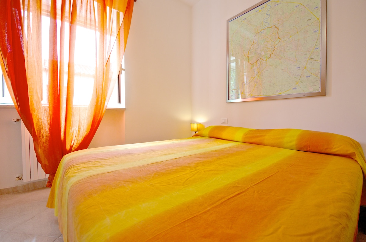 Camera da letto matrimoniale con TV CD/MP3 music system  e aria condizionataINTERNET - Bagno con bidet e vasca doccia - Cucina completa