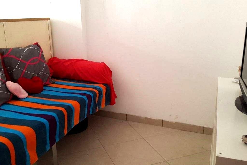 Petite chambre au centre de La louvière - La Louvière - Gjestehus