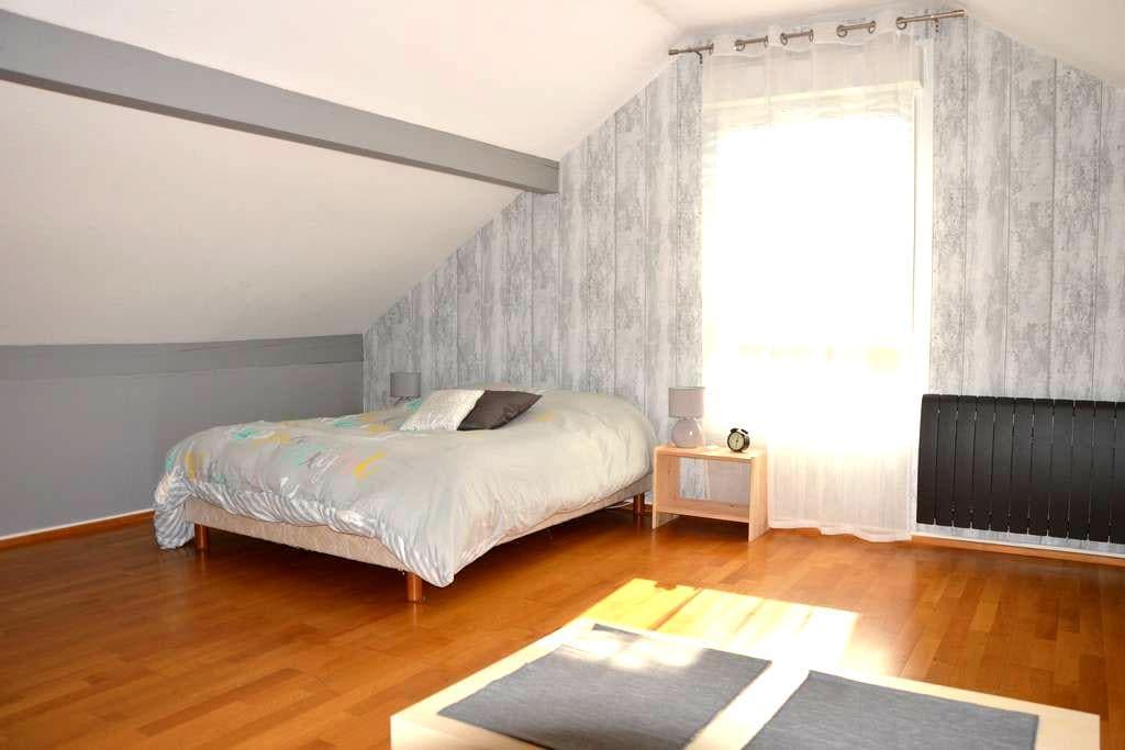 Spacieux étage privatif avec SDB+WC - เมซ์ - บ้าน