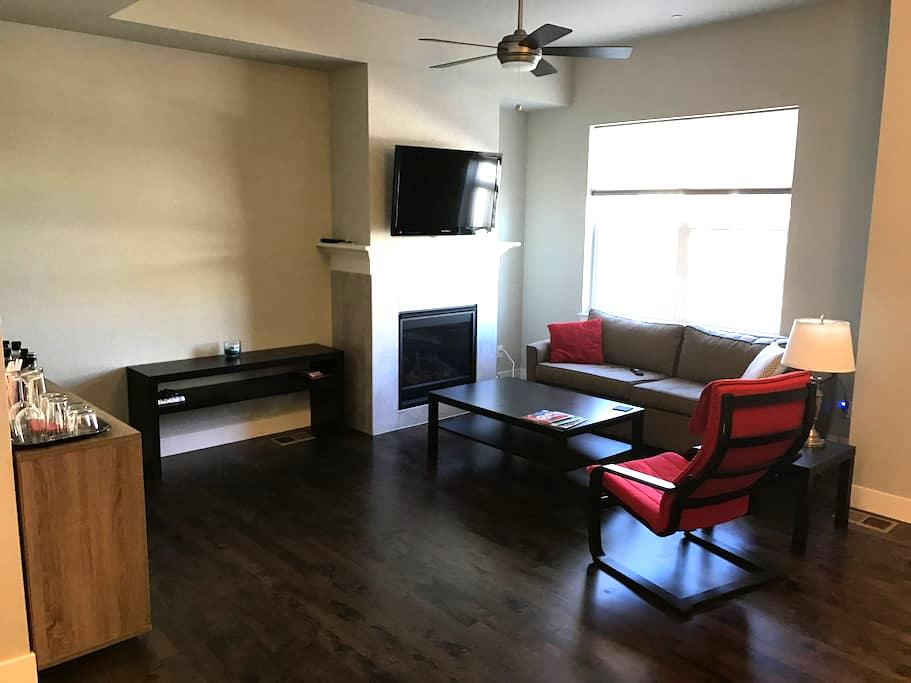 Private Room & Bath in NEW Modern Townhouse - Fort Collins - Complexo de Casas
