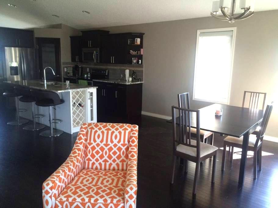 Great location. New, Clean house! - Edmonton - Huis