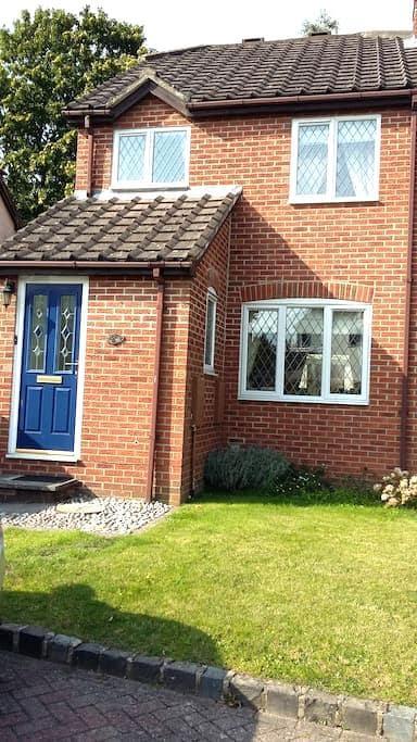 Hawkesworth Drive, Bagshot, Windlesham, Surrey. - Bagshot - House