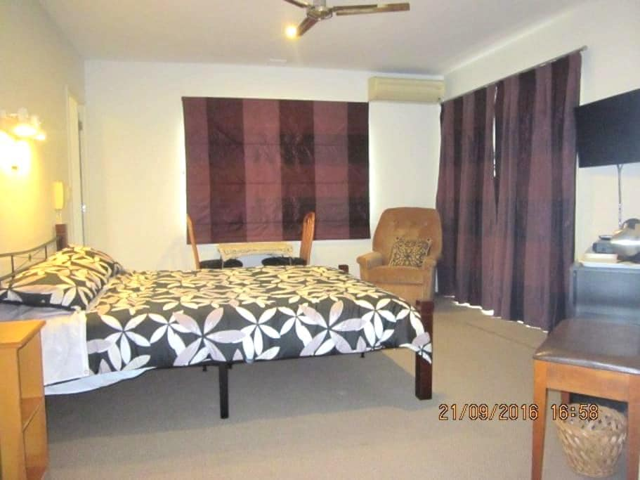 Bed-sitting room, ensuite & adjacent twin bedroom - Pukekohe - Bed & Breakfast