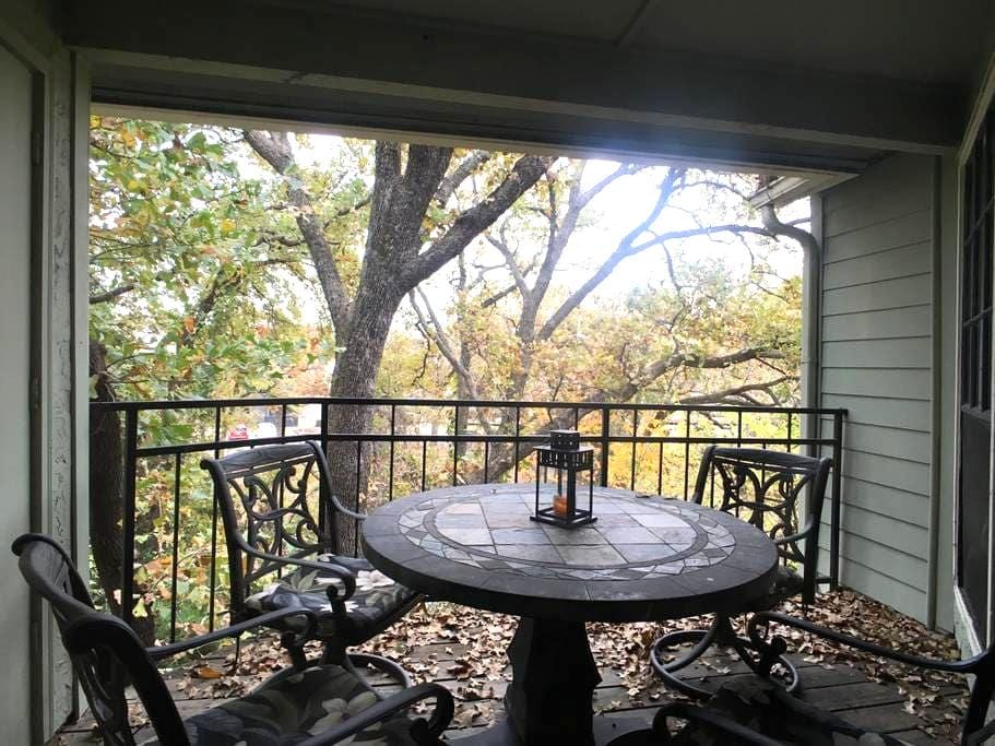Experience a cozy TREEHOUSE with PRIVATE BATH. - Arlington - Lejlighed