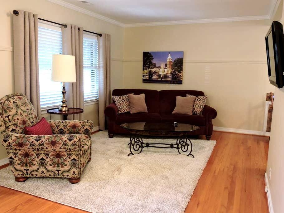 Charming home near Plaza, Westport, Downtown - Roeland Park - Hus
