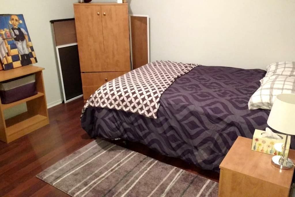 Nice private room & bathroom to rent near Montreal - Saint-Constant - Rumah