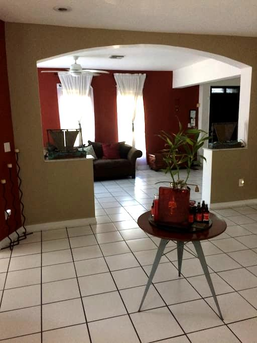 Lovely private home 8 minutes from airport. - West Miami - Talo