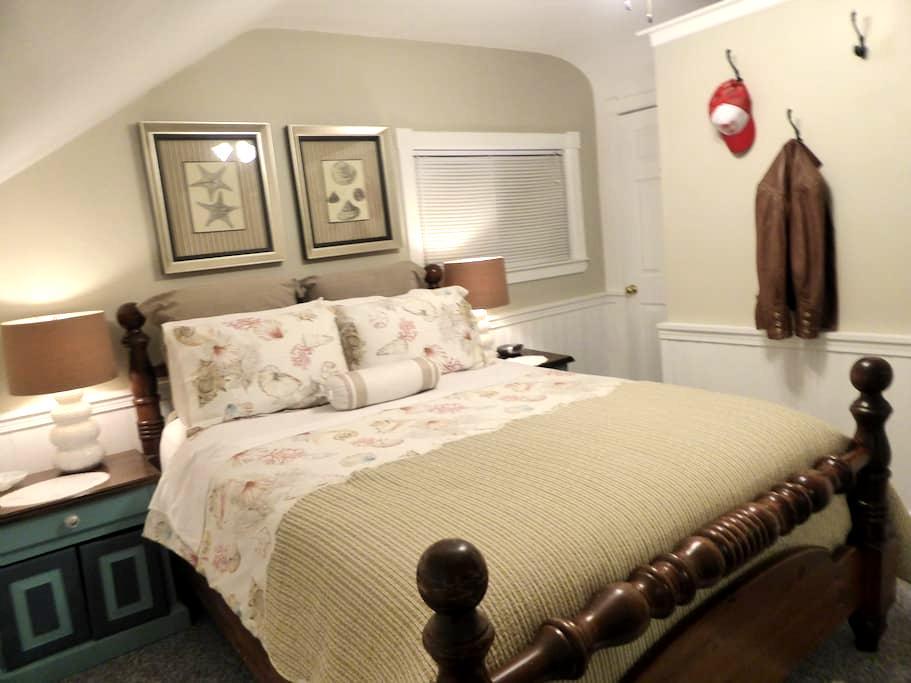Spring Manor-Escape Room (queen bed, private bath) - Niagarafallen - Bed & Breakfast