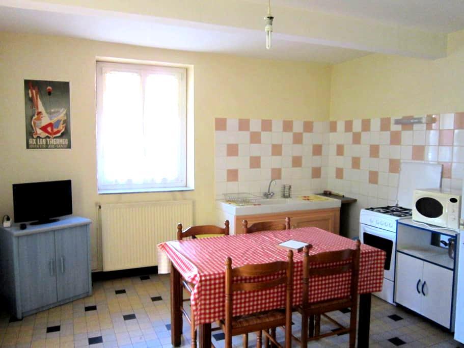Appart. rdc maison de village - Savignac-les-Ormeaux - Leilighet