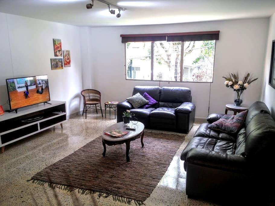 Great Master Bedroom. Best Spot in El Poblado! :) - Medellín - Leilighet