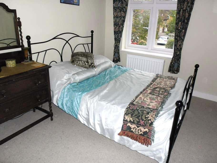 Double bed, shared bathroom - Watford - Hus