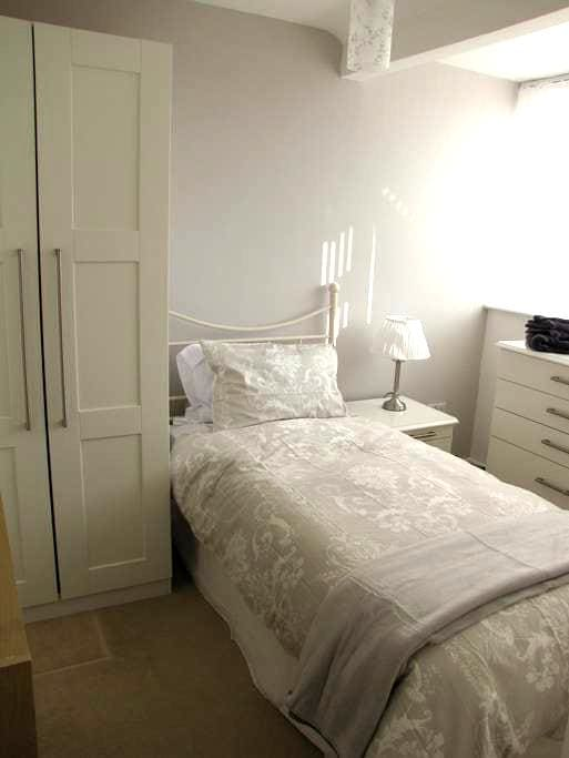 Lovely single room in Solihull, NEC - Solihull - House