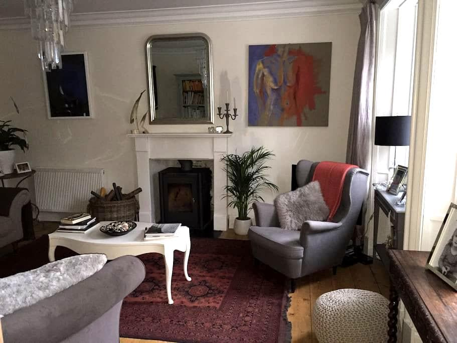 Large king size room with ensuite - Milnathort - บ้าน