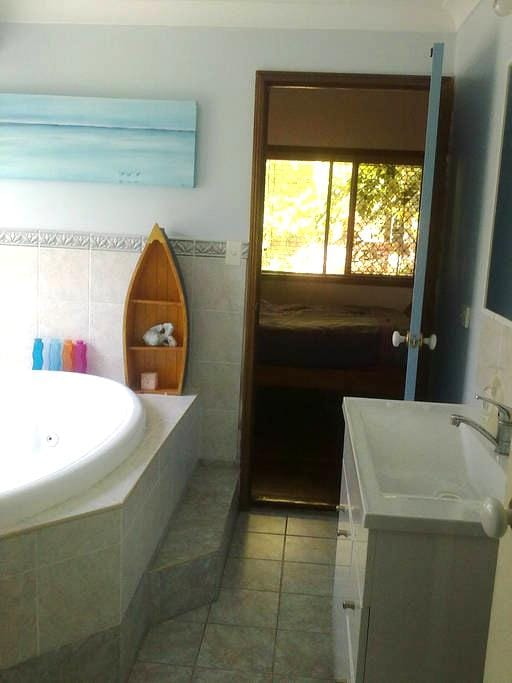 Large airconditioned double room + ensuite - Redland Bay - Haus