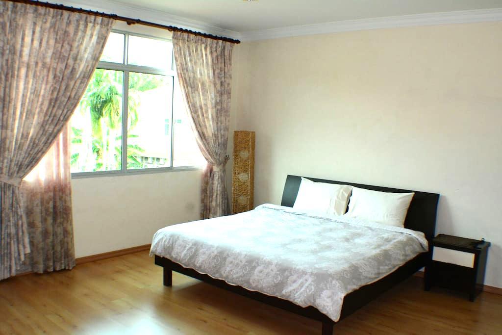 Spacious Room w/ King Sized bed - 斯里巴加湾(Bandar Seri Begawan) - 独立屋