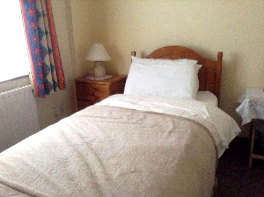 Single en-suite Room in family home. - Sutton