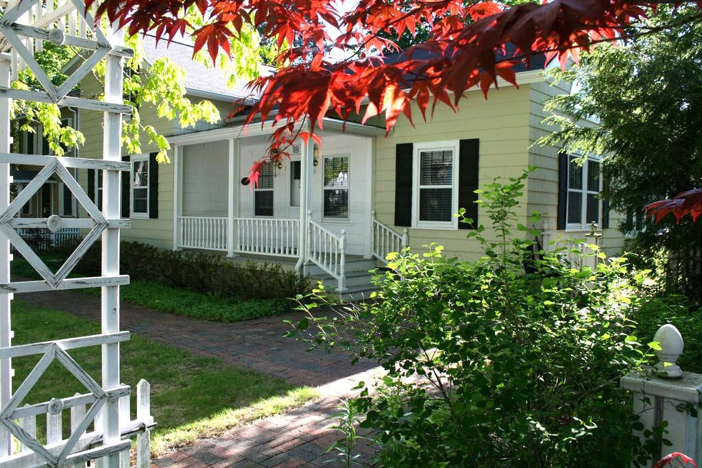 Charming Home in Lakeside Town - Pentwater - Casa