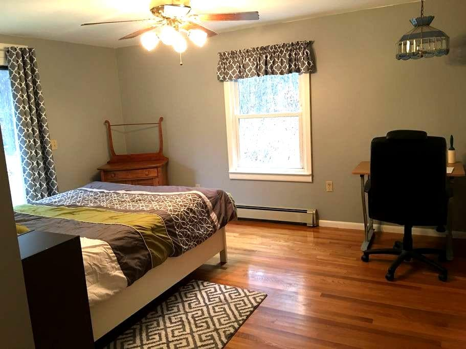 PRIVATE BED & BATH, QUIET ST. Near UMASS and St Vs - Boylston - Huis