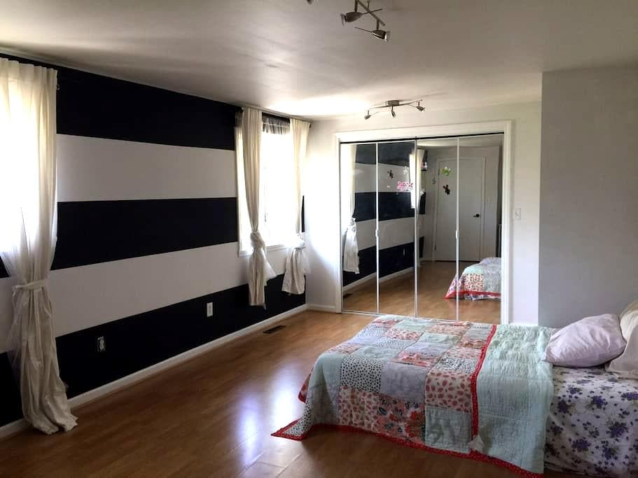 Spacious room near Yale/UNH/NYC - West Haven - Casa