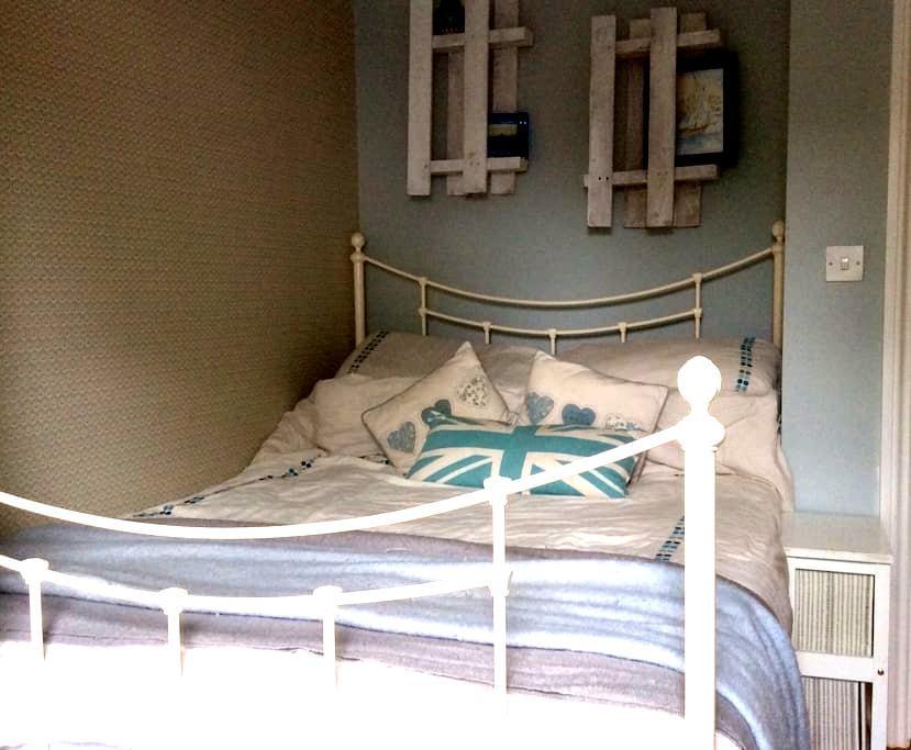 Coastal, sunny, garden flat with private bathroom. - Alum Chine, Bournemouth - Leilighet