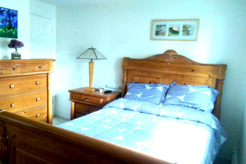 Comfortable and Bright Room In Town - Fairbanks - Hus