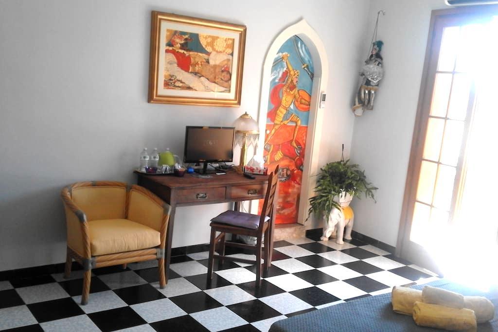 Camera luminosa con bagno privato+colazione - Giardini Naxos - Bed & Breakfast