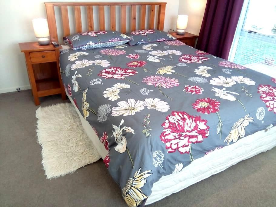 Spacious and private.  Two guest rooms in Avondale - Auckland - Ház