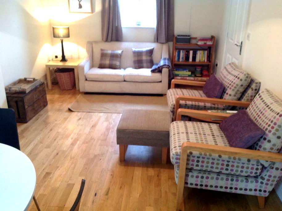 Modern, warm centrally located cottage - Ledbury
