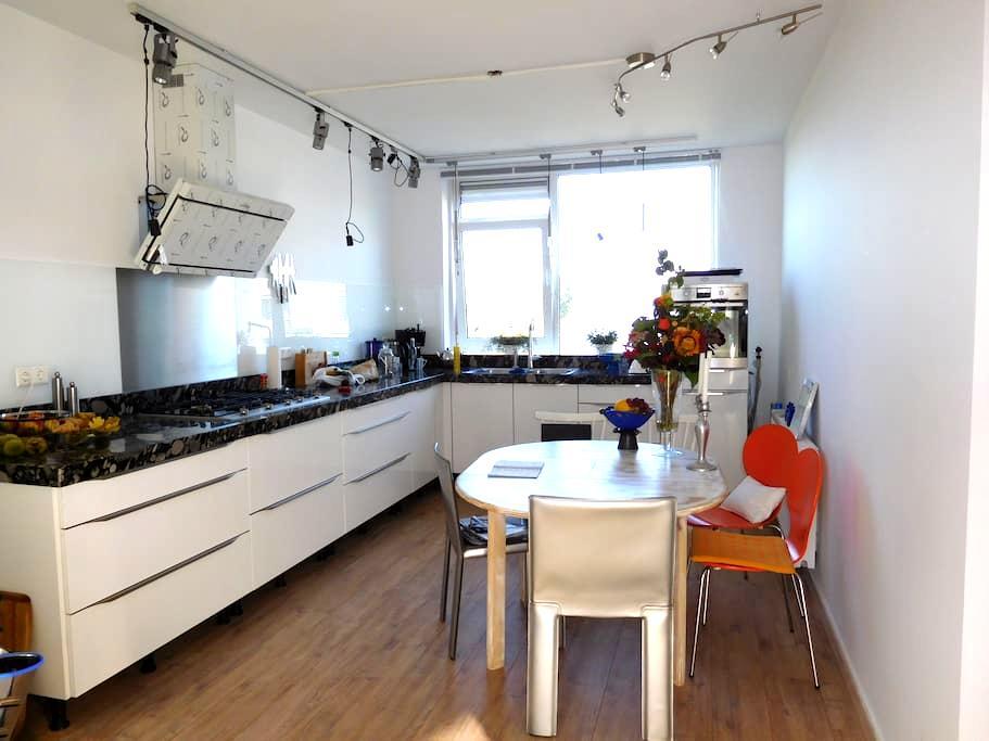 Op en Top Kamer - Den Haag - Apartamento