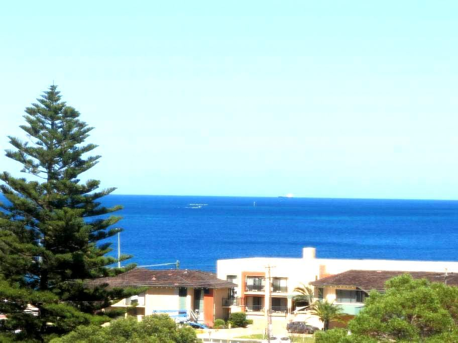 An Ocean View Hillarys/SorrenVilla - Sorrent