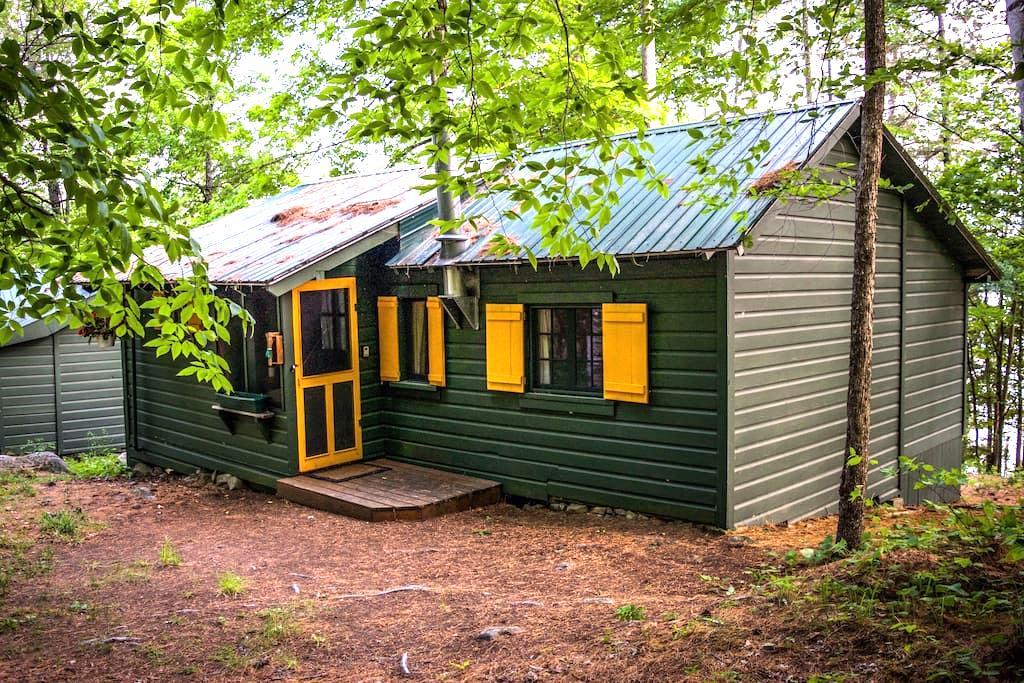 Yellow Cabin (Summer-Fall) - Schroon Lake - Blockhütte