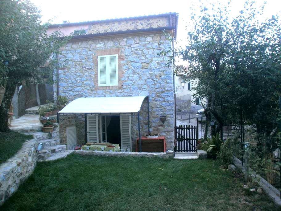 Casa e giardino in borgo medievale - Montieri