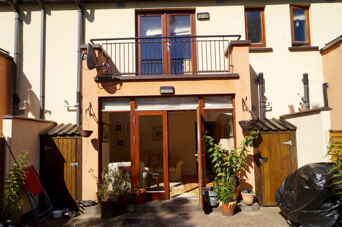 Lovely family home 1km from town