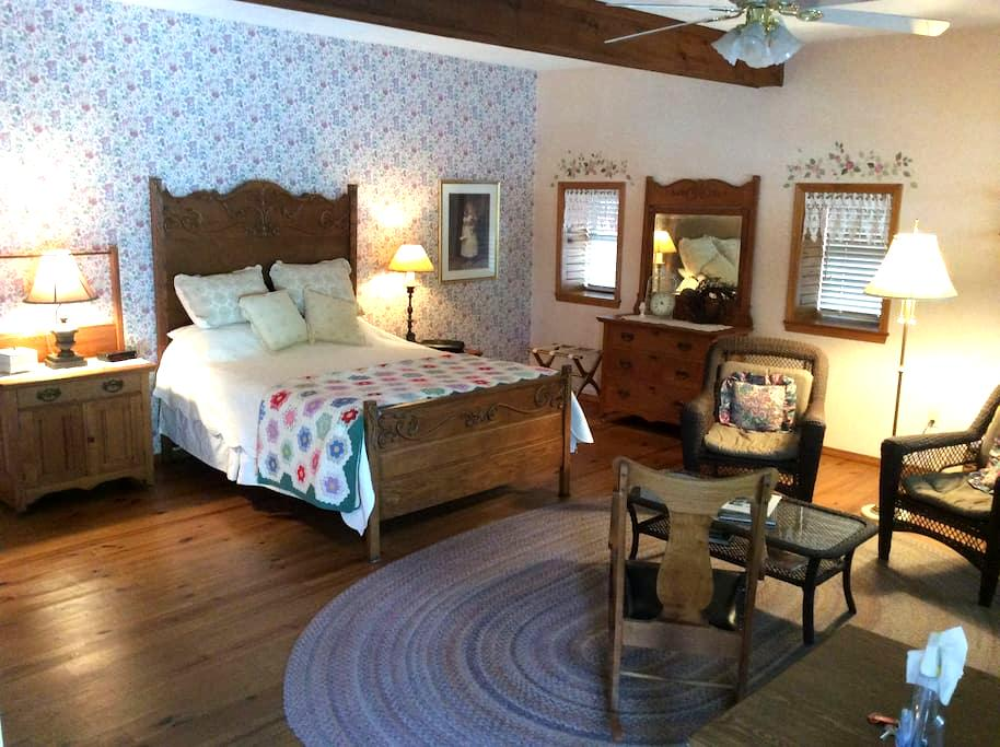 Vintage Barn Ozark Vacation Retreat - Ozark