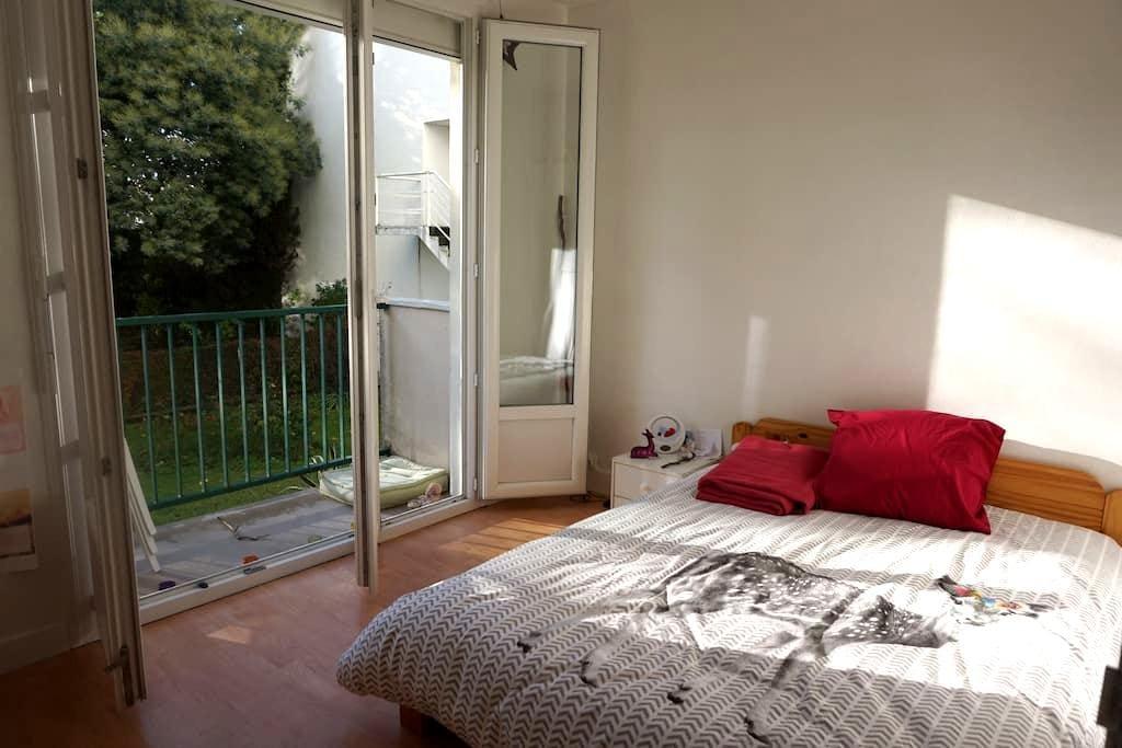 Grande chambre avec balcon vue sur jardin privé - Nantes - Apartment