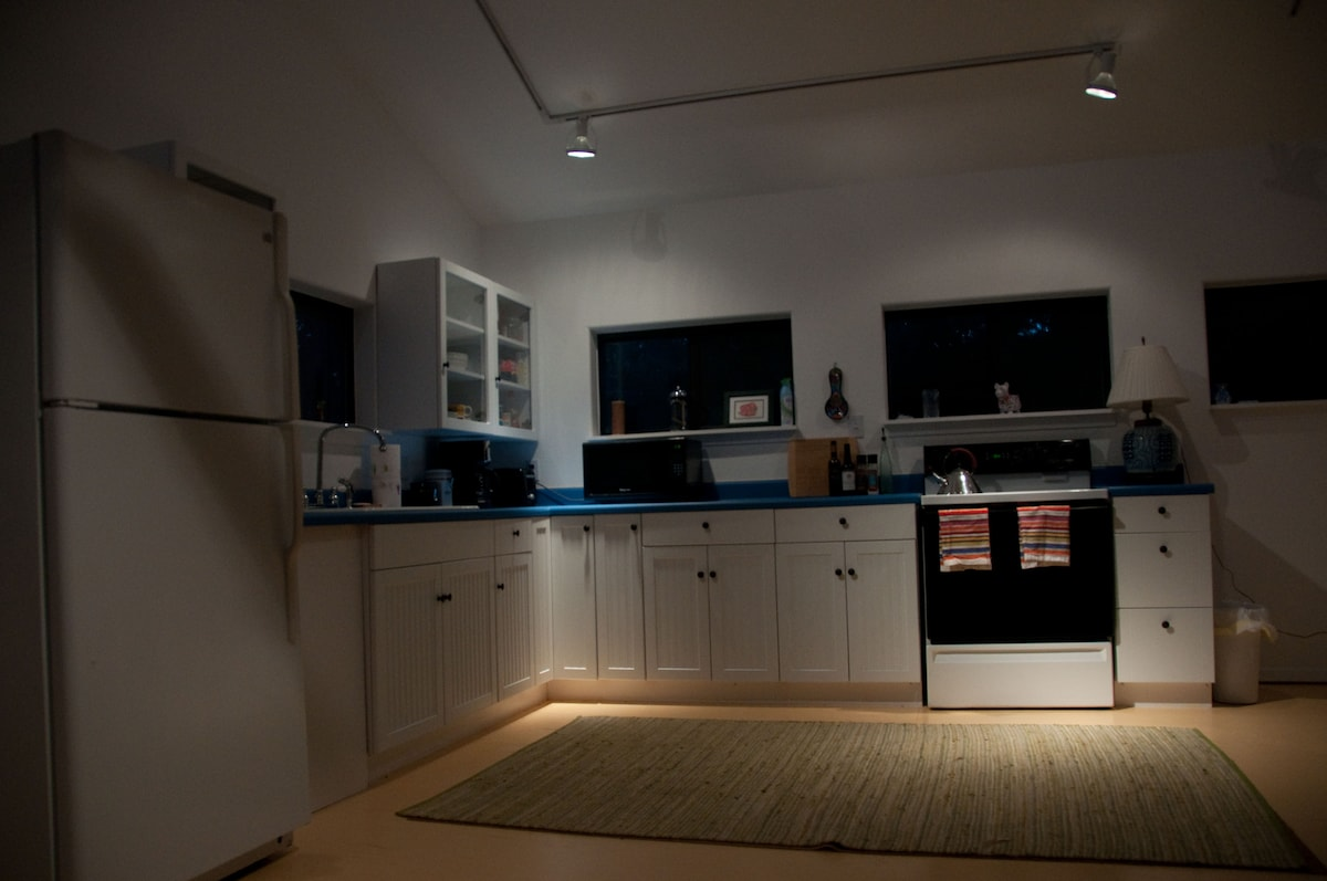 Large open kitchen, fully equipped.
