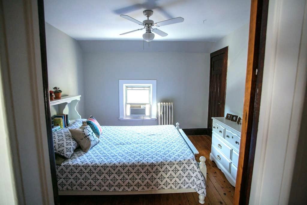 Century Home (Queen Bed) - Brantford - Casa