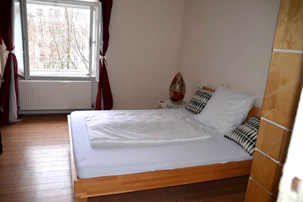 Lovely room** nice people**central** near airport - Berlino - Appartamento