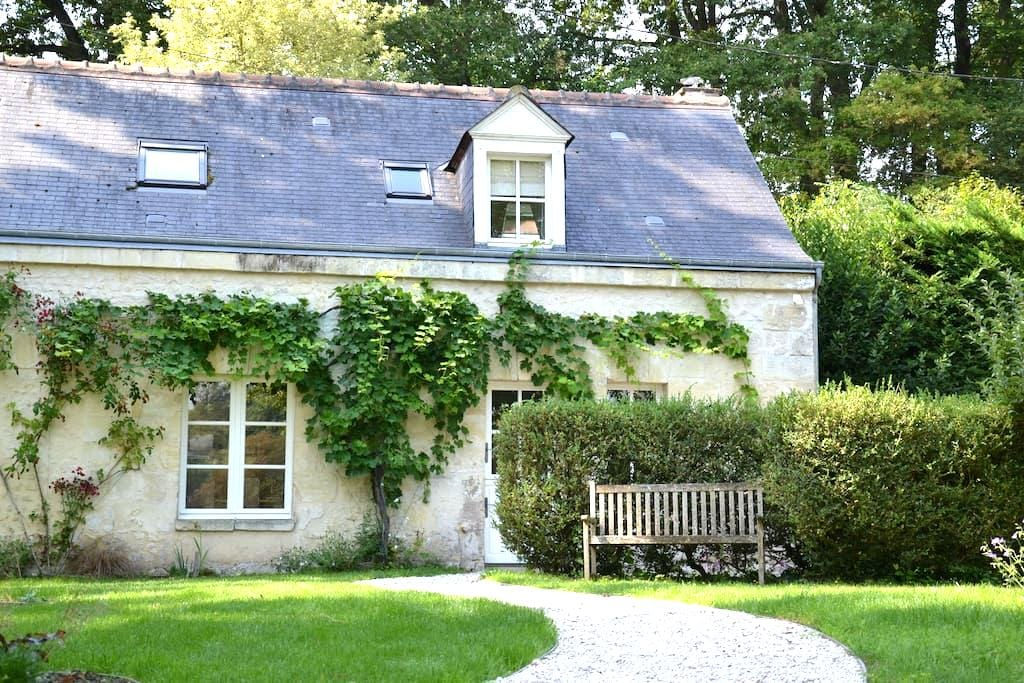 just outside TOURS Charming Cottage - Rochecorbon - Hus