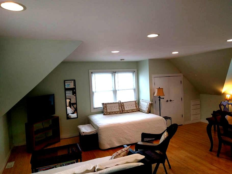 Downtown Guesthouse Apartment near KU - Lawrence