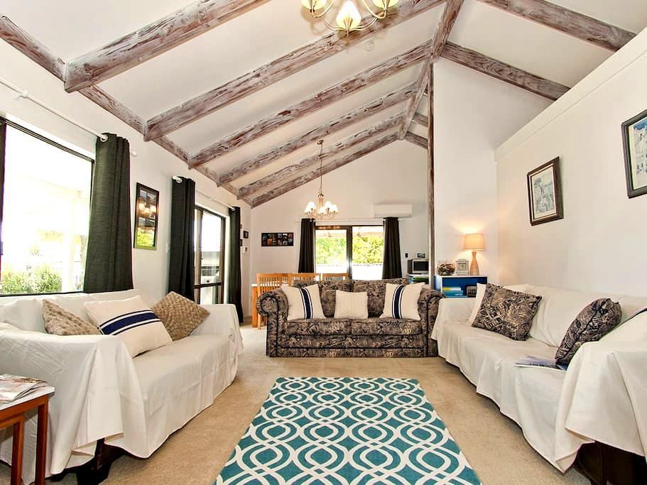 Sunny, family friendly beach house - Tairua